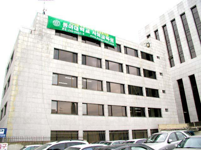 tòa nhà chính của đại học donga