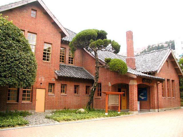 tòa nhà kỷ niệm đại học donga