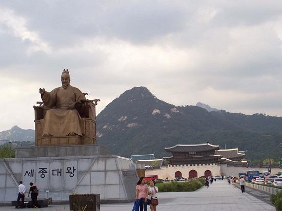 Tượng vua Sejong ở quảng trường Gwanghwamun