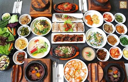 Người Hàn Quốc thường không cầm bát lên ăn cơm