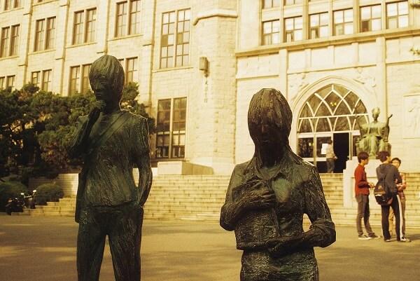 Khuôn viên trường Kyung Hee là địa điểm tụ tập của nhiều bạn trẻ và các gia đình