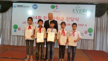 Hàn Quốc trao học bổng cho các em học sinh nghèo vượt khó