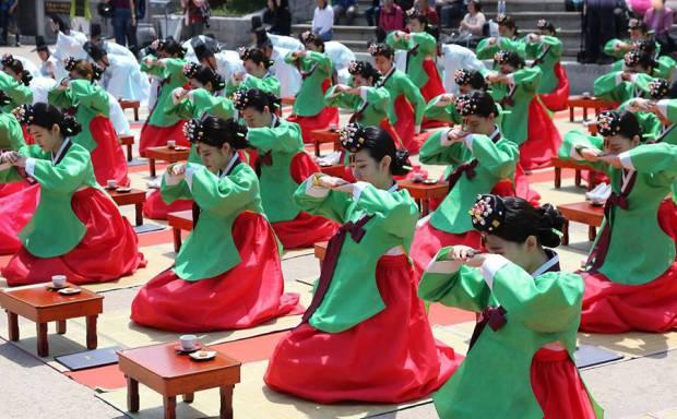 Cùng tham dự lễ trưởng thành của nam thanh nữ tú tại Hàn Quốc
